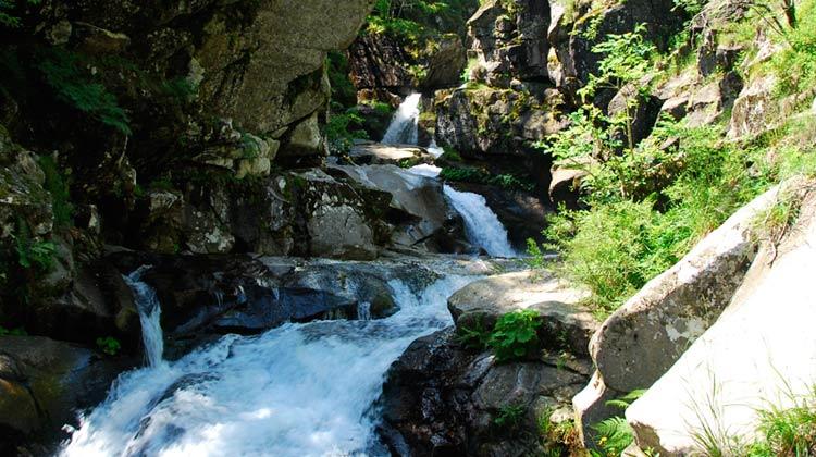 Enchainement de cascades dans le canyon du Tapoul