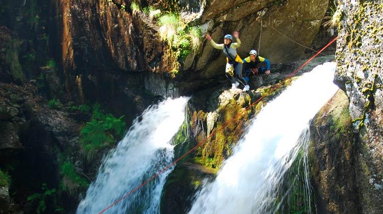 Saut de 9 mètres dans le canyon du Tapoul