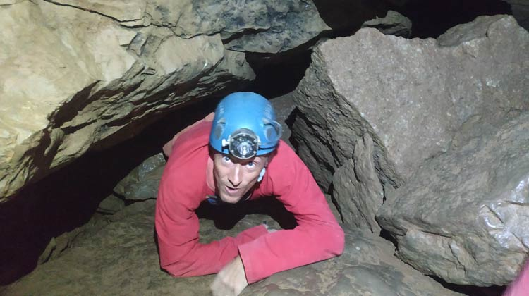 Etroiture dans la grotte de Castelbouc
