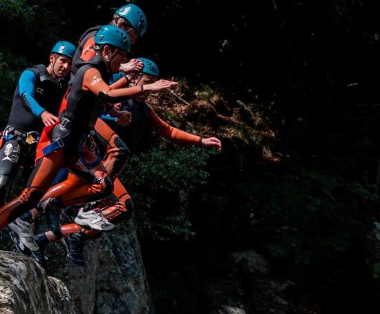 Saut en groupe dans le canyon du Haut Tarn