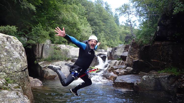 Saut dans le canyon au Pont de Montvert
