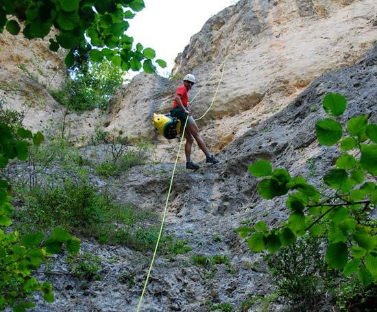 Rappel dans le canyon