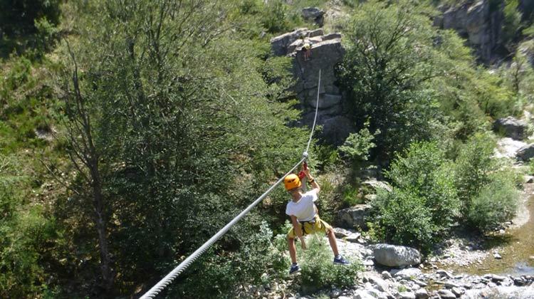 Tyrolienne au dessus de la rivière